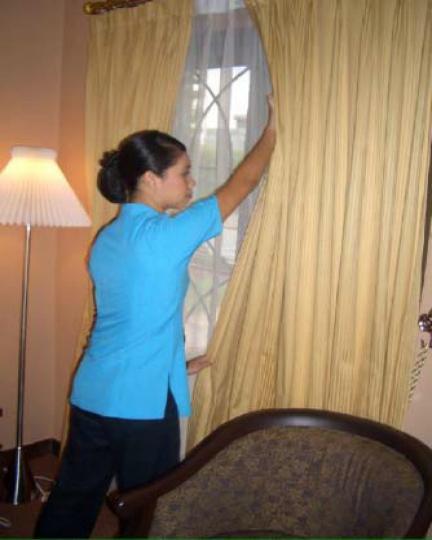 Gambar Petugas memeriksa Gorden (Curtain)